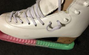 スケート靴に靴紐を通している