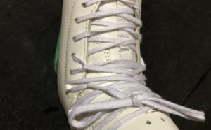 紐を結び終わったスケート靴